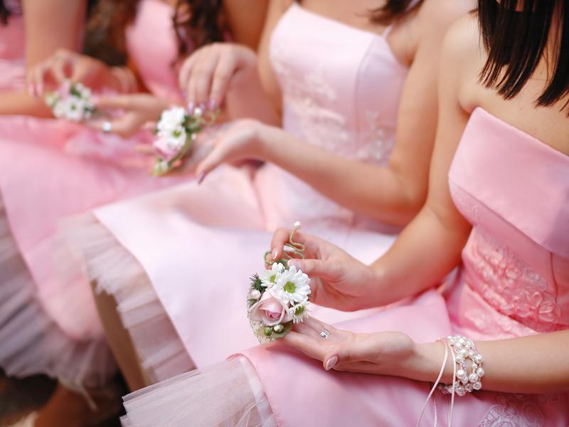 お揃いのドレスカラーの女性たち