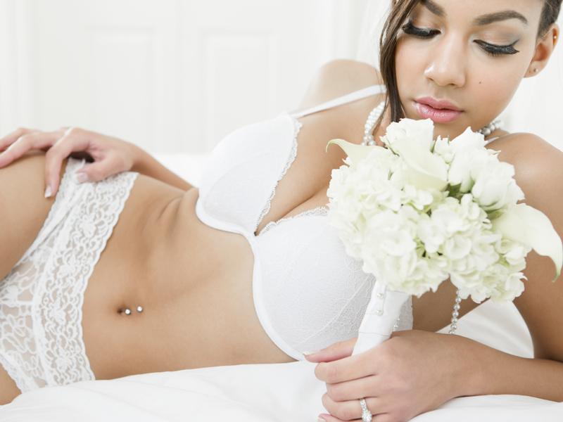 ブライダルインナー姿の花嫁