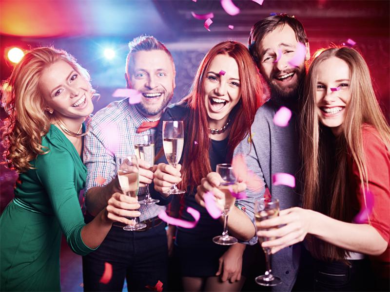 パーティを楽しむ人々