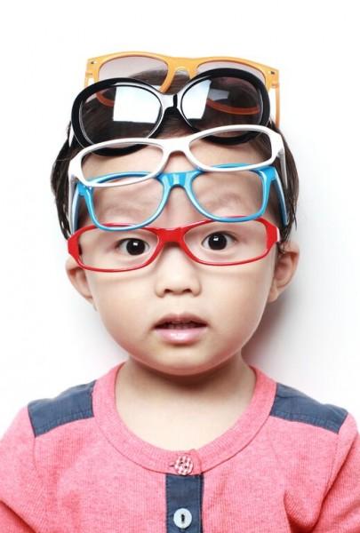 メガネを重ね付けする男の子