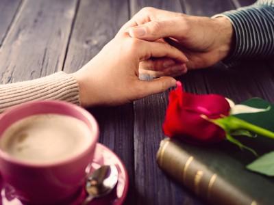握り合う男女の手