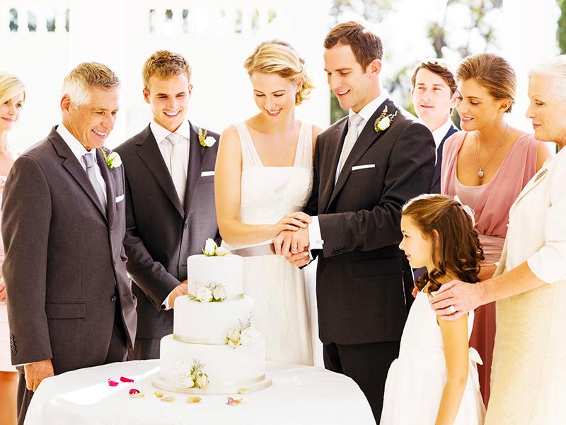 結婚式に招待されたら、頭を悩ますのが服装のマナーについて。なんとなくで選んで着て行ってしまっていませんか?結婚式の服装マナーは、男女問わず決まりがあり、