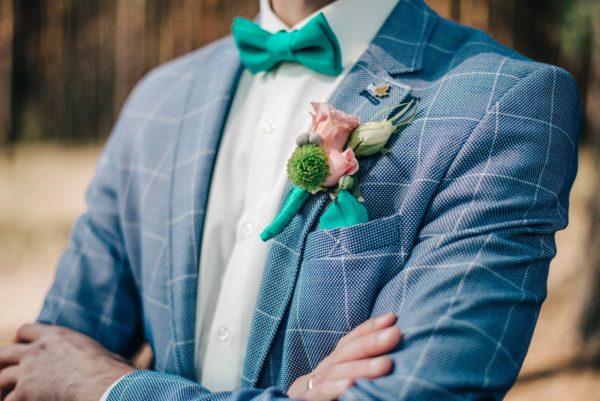 3e10e52105260 一方でウェディングスーツは、ビジネススーツをウェディング用に仕立てたもので、タキシードのように拝衿や側章があしらわれていません。